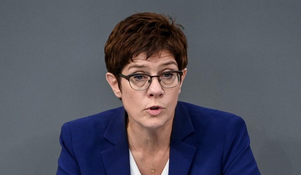 """Bộ trưởng Quốc phòng Đức Annegret Kramp-Karrenbauer cho biết việc EU và Mỹ loại bỏ thuế quan và các rào cản thương mại sẽ không phải là một """"ý tưởng điên rồ"""" - Ảnh: dpa"""