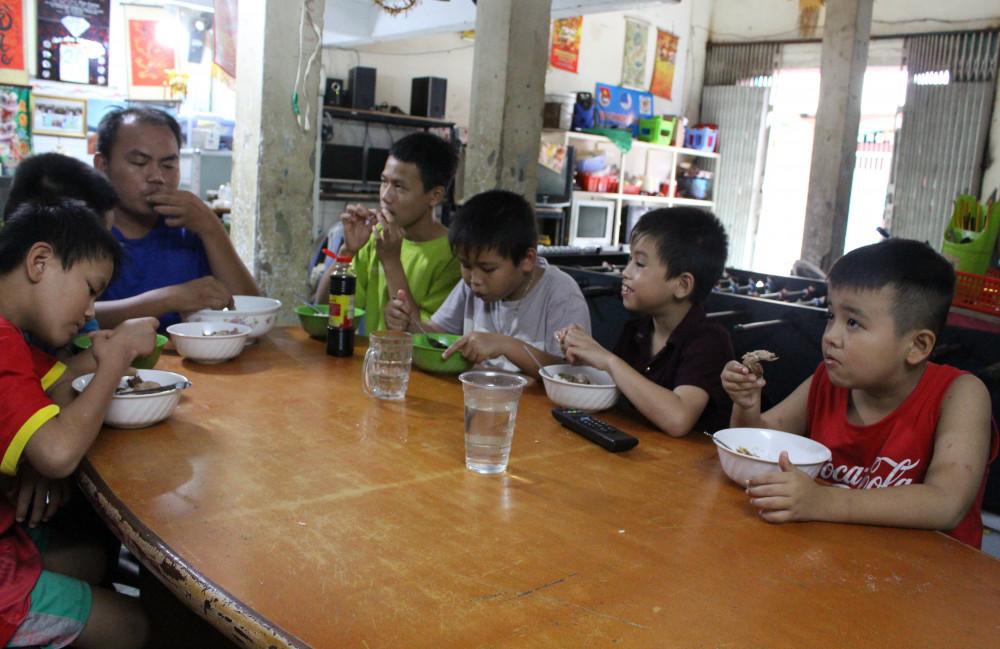 Những bữa cơm của đội luôn ấm áp và đầy ắp tiếng cười. (Ảnh: Lâm Ngọc)