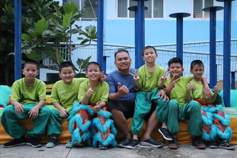 Những đứa trẻ cơ nhỡ sống vui tươi và có ích hơn khi được tham gia vào đội lân nhí. (Ảnh: NVCC)