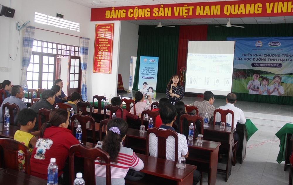 BS Nguyễn Vĩnh Hoàng Oanh, Trung tâm Tư vấn dinh dưỡng Vinamilk, tập huấn kiến thức chuyên môn về dinh dưỡng cho trẻ. Ảnh: Vinamilk cung cấp