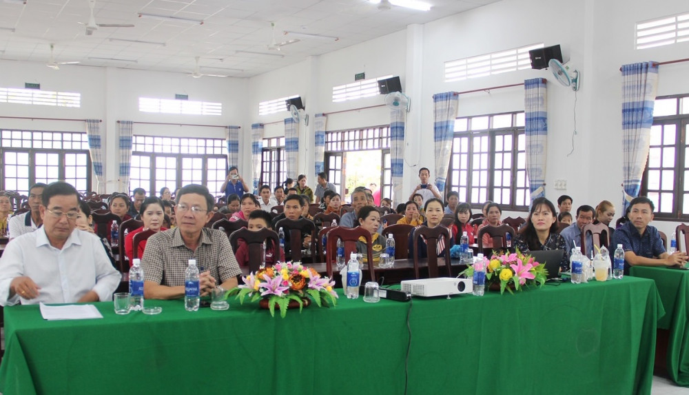 Các khách mời, thầy cô giáo và phụ huynh trường Tiểu học Ngô Hữu Hạnh 1 tham dự buổi tập huấn. Ảnh: Vinamilk cung cấp