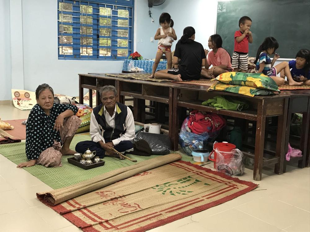 Người dân ở vùng thấp trũng, nguy hiểm thị trấn Thuận An (huyện Phú Vang) được di dời đến nơi trường THCS Thuận An để ở tránh bão số 9
