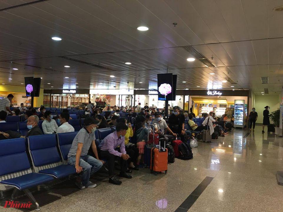 Hàng chục chuyến bay trong ngày 27/10 bị hủy, hoãn do ảnh hưởng bão số 9