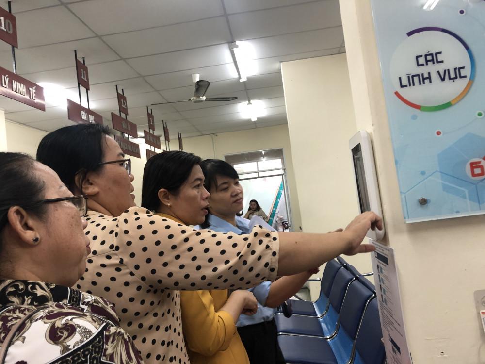 UBND P. 13, Q.11 đã ứng dụng công nghệ thông tin rất tốt để thực hiện công tác tuyên truyền tới người dân. Ảnh: Thanh Huyền.