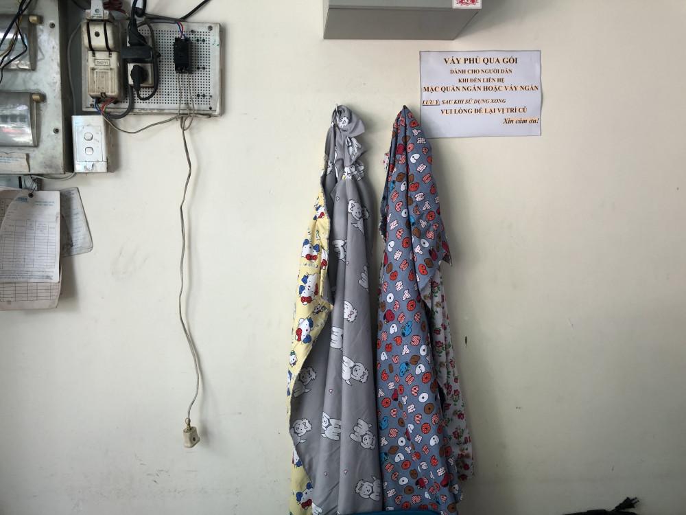 Những chiếc váy phủ qua gối để nhỡ chị em nào khi tới liên hệ công tác chỉ cần lấy quấn quanh người rồi bước vào làm việc, không phải quay về thay trang phục như trước đây. Ảnh: Thanh Huyền.