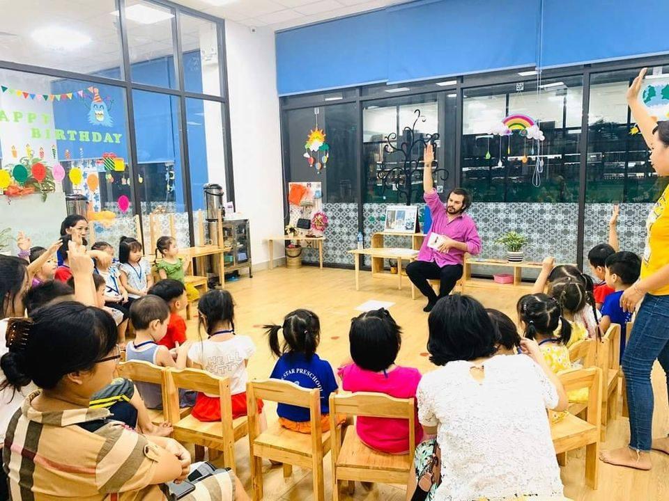 Ở độ tuổi mầm non điều quan trọng là tạo hứng thú cho trẻ với môn tiếng Anh