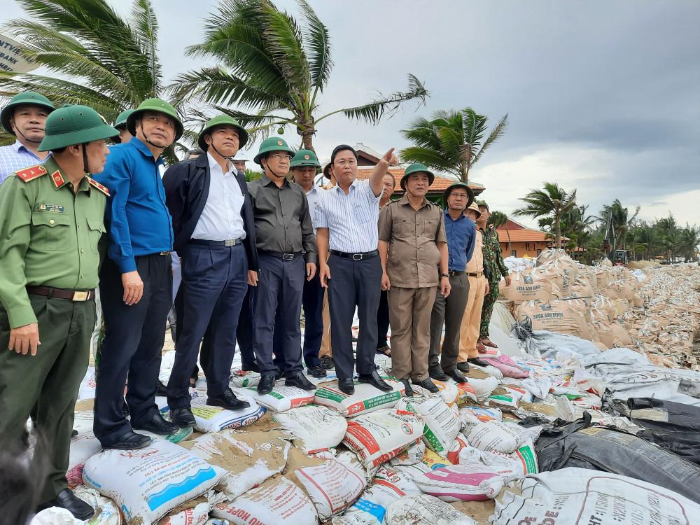 Phó thủ tướng Chính phủ Trịnh Đình Dũng thị sát việc sạt lở tại bờ biển Cửa Đại, TP. Hội An