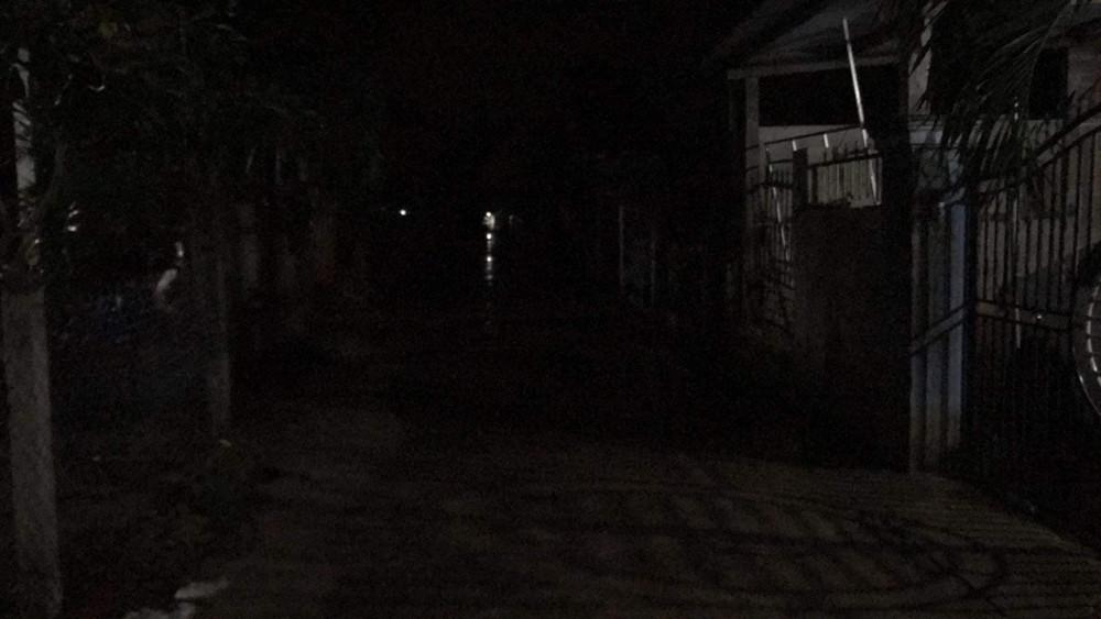 Người dân ở xã Duy Nghĩa, Duy Xuyên, Quảng Nam cơ bản đã di tản đến chỗ an toàn. Nhà cửa đã chằng chống và tắt điện.