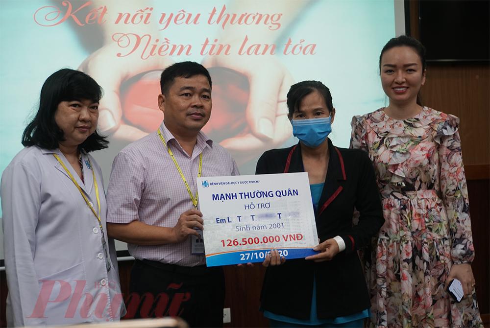 Các bác sĩ của bệnh viện trao tiền của mạnh thường quân góp cho em T. ghép thận