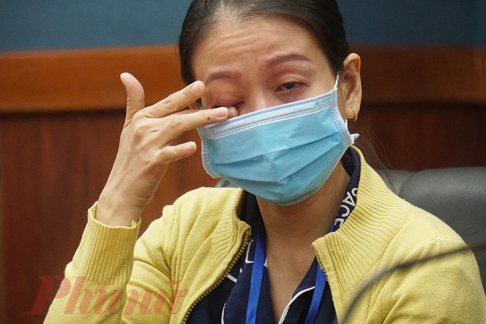 Người nhà anh S. bật khóc khi chị Sang quyết định tặng cho anh 50 triệu đồng để điều trị