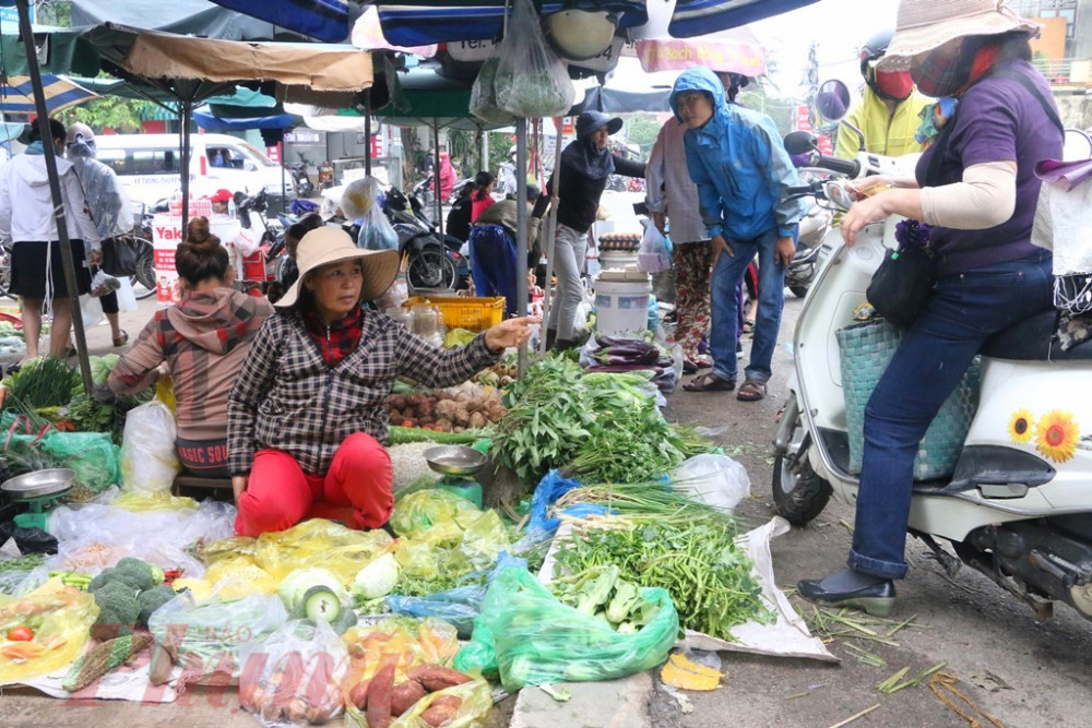 Tranh thủ đi mua rau sạch về dự trữ ăn trong những ngày tránh, trú bão tại nhà