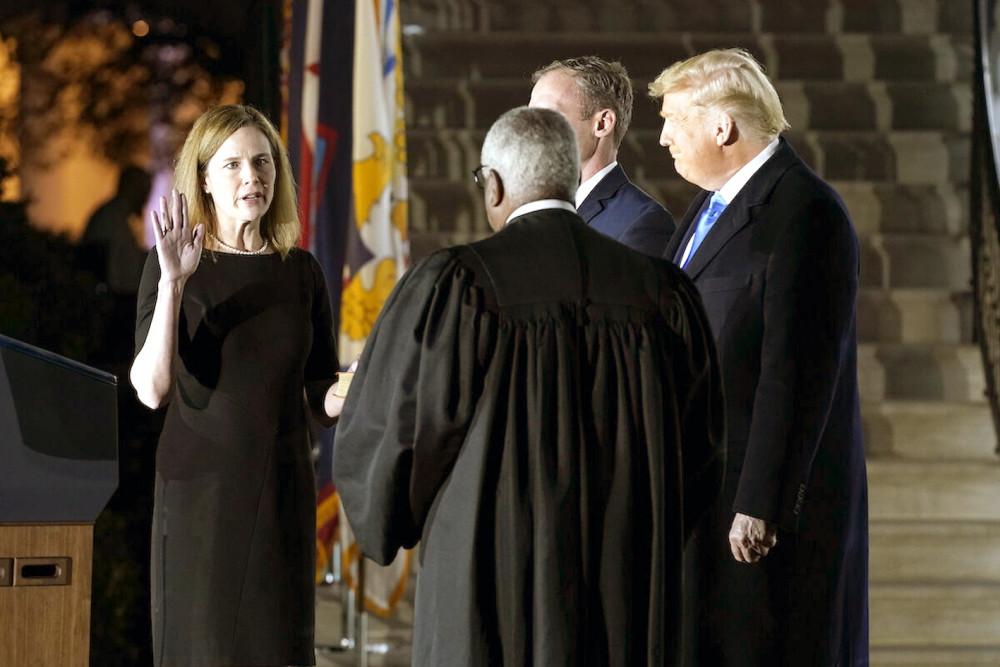 Bà Amy Coney Barrett tuyên thệ trở thành thẩm phán Tối cao Pháp viện Hoa Kỳ trước sự chứng kiến của Tổng thống Donald Trump và thẩm phán Clarence Thomas tại Nhà Trắng ngày 26/10 - Ảnh: AP