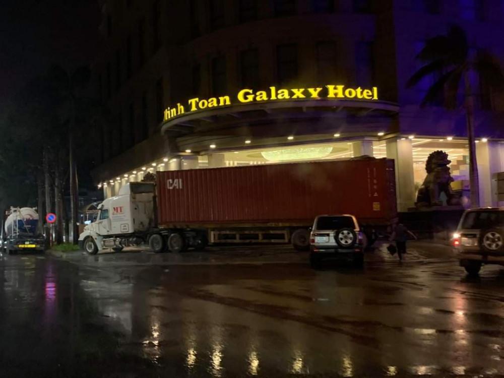 Nhiều ks ở ĐN thuê hoặc nhờ xe tải trọng lớn chắn trước cửa vào chống gió bão