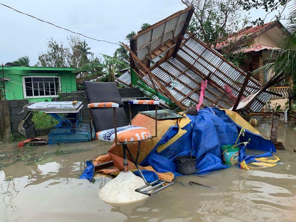 Cơn bão đánh sập một ngôi nhà ở Pilippines
