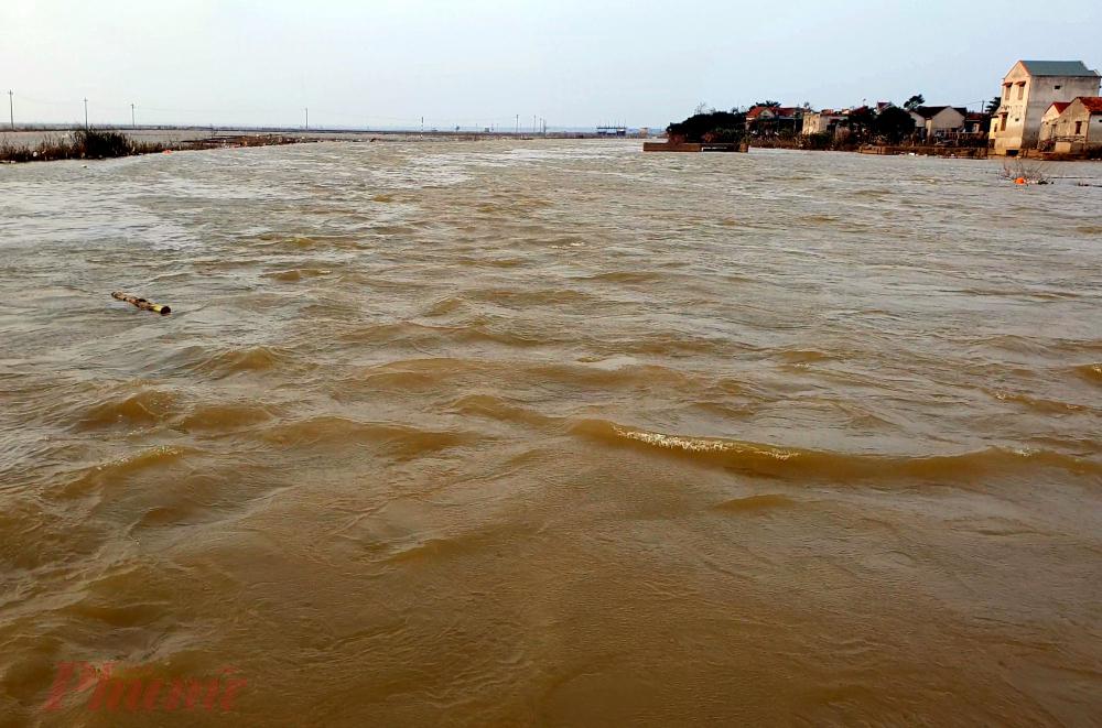 Nước sông vẫn đang một màu đục ngầu và chảy mạnh. Người dân Quảng Bình đang rất lo lắng vì lũ lớn vừa qua thì cơn bão cuồng phong kéo đến.