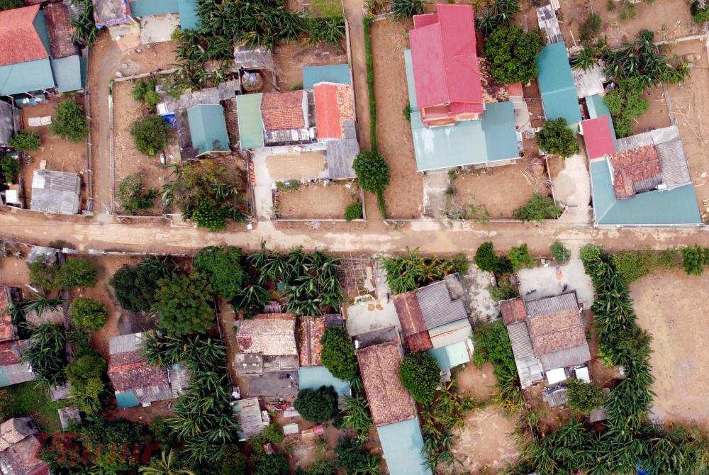 Cơn lũ đi qua, nhiều thôn xóm của tỉnh Quảng Bình chìm trong màu bùn đất. Nhiều diện tích cây cối, hoa màu bị vùi lấp.