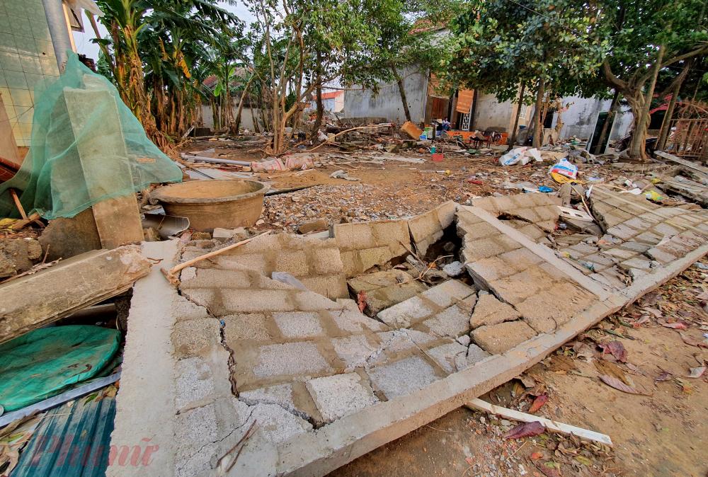 Không chỉ nhà anh Quang và vợ chồng ông Cường, quanh hai xã Lộc Thủy và An Thủy, hàng chục ngôi nhà bỗng phút chốc trở thành đống gạch vụn sau cơn lũ lịch sử.