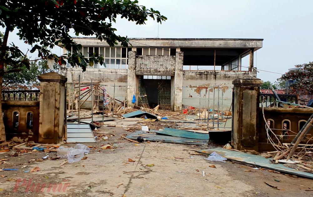 Chợ Thùi thuộc xã An Thủy, huyện Lệ Thủy - ngôi chợ đi vào thơ ca của người dân tỉnh Quảng Bình sau cơn lũ cũng sơ sát, nhiều ki-ốt xung quanh cũng đổ nát vì mưa lũ.