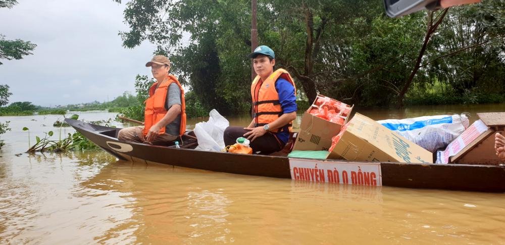 Chuyến đò 0 đồng của anh Quang và các thành viên đã ngược xuôi đưa người đi cấp cứu trong mưa lũ ở TP.Hội An - Ảnh: Nguyễn Dương
