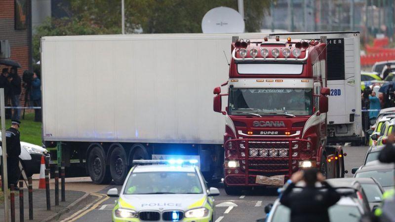 Thi thể 39 người di cư – sau đó xác định là công dân Việt Nam - được phát hiện trong thùng xe container ở KCN Purfleet, Essex (Anh), ngày 23/10/2019 - Ảnh: PA Media