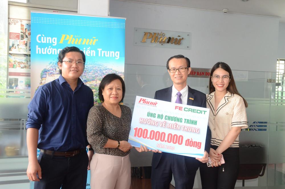 Bà Tạ Thị Nam Hồng (thứ 2 từ trái sang) - phó tổng biên tập Báo Phụ Nữ nhận 100 triệu đồng từ ông Nguyễn Thành Phúc - phó tổng giám đốc FE CREDIT cho chương trình Hướng về miền Trung của Báo Phụ Nữ TPHCM