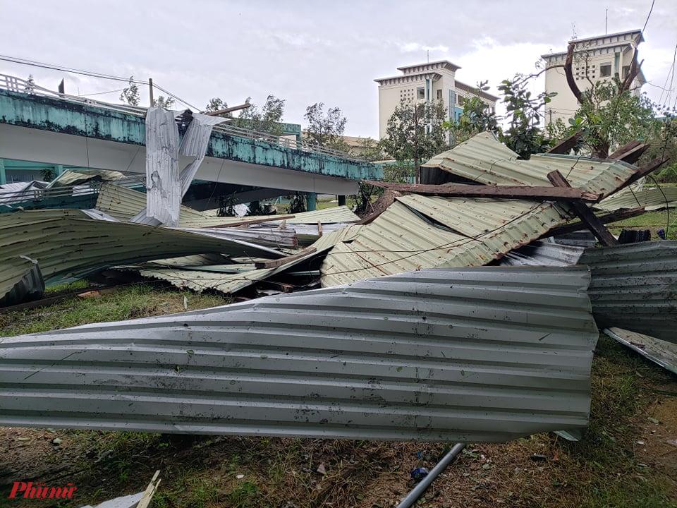 Ở phía ngoài của bệnh viện, toàn bộ mái tôn đã bị gió cuốn văng đi xa.