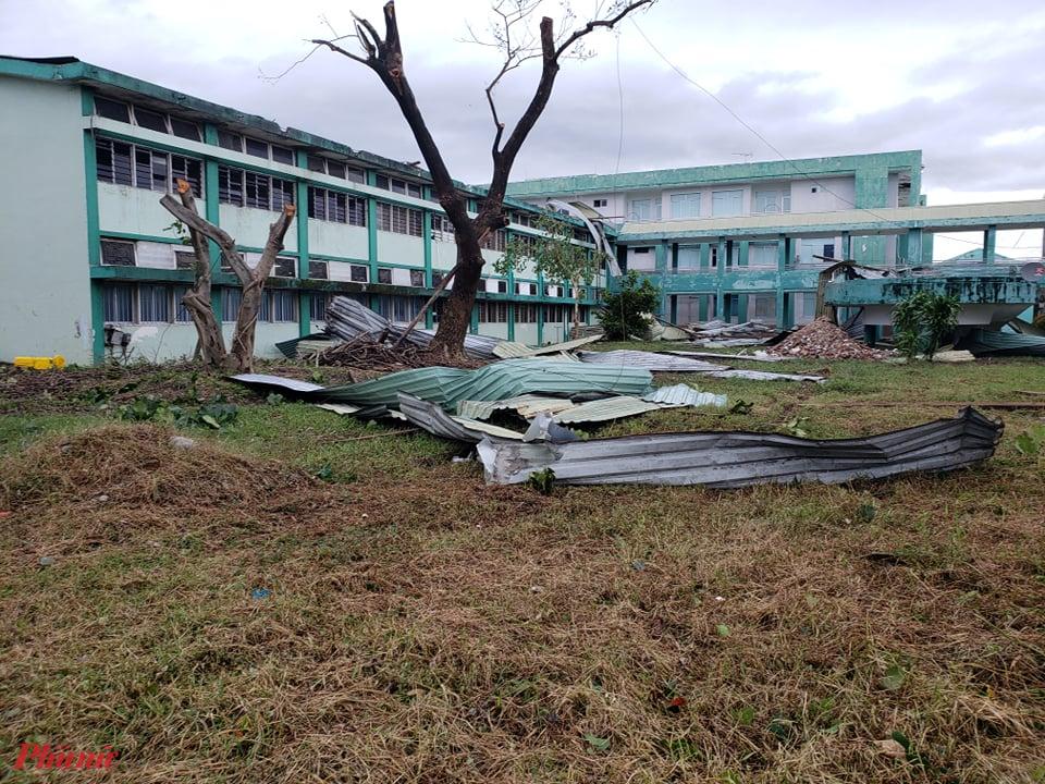 Gió đã tàn phá một góc Bệnh viện Đa khoa Quảng Nam