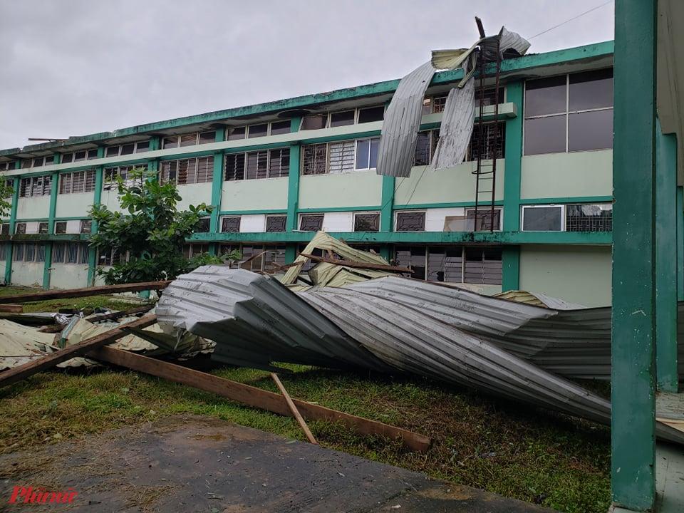 Nhiều tấm tôn bị gió bão vắt như giặt mùng mền