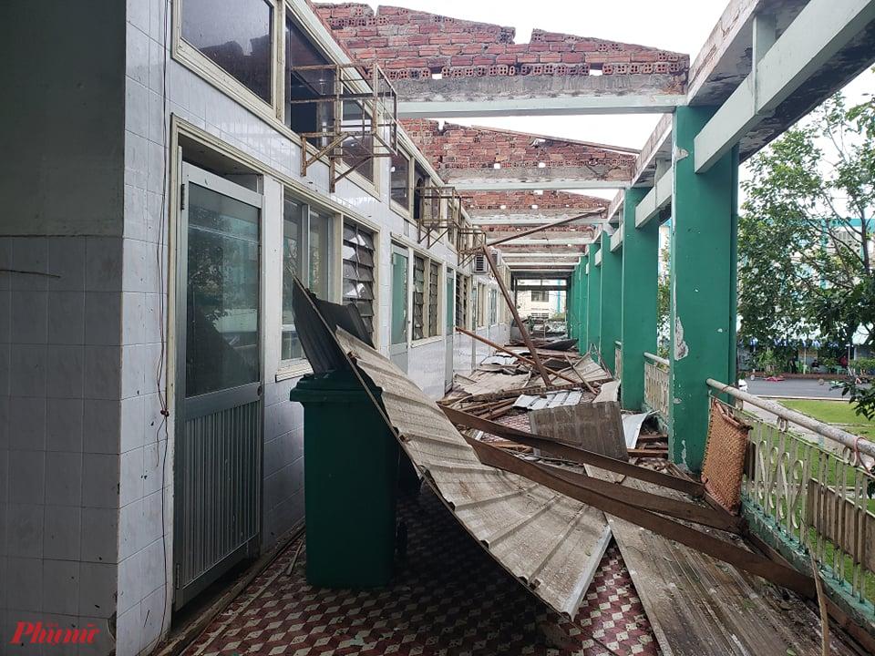 Gió thổi tung mái tôn lợp trên Khoa Nội tiêu hóa khiến hàng chục bệnh nhân hoảng sợ