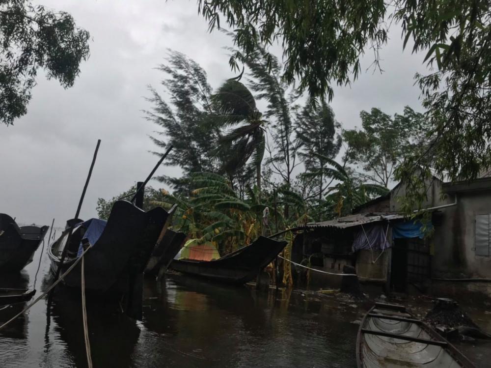 Nhiều ghe thuyền nhỏ của bà con đánh bắt hải sản trên đầm Cầu Hai được dưa và nhà tránh trú bão an toàn