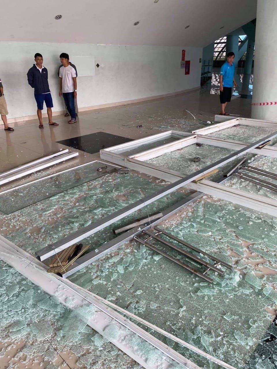 Cung thể thao Tiên Sơn, nơi xây dựng bệnh viện dã chiến chữa COVID-19 bị gió bão giật sập các cửa kính