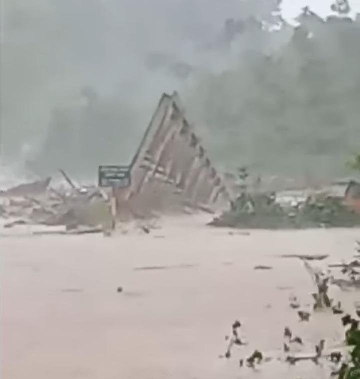 Cầu Đăk Pne bị cuốn trôi