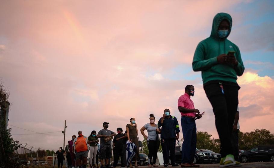 Người dân chờ đợi bỏ phiếu sớm khi cơn bão nhiệt đới Zeta tiếp cận Bờ Vịnh ở New Orleans, bang Louisiana, hôm 27/10.