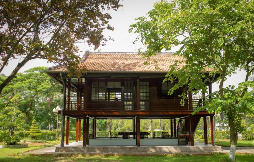 Một điểm nhấn trong Khu di tích nữa là ngôi nhà sàn Bác Hồ được phục chế nguyên mẫu ngôi nhà sàn của Bác ở thủ đô Hà Nội.