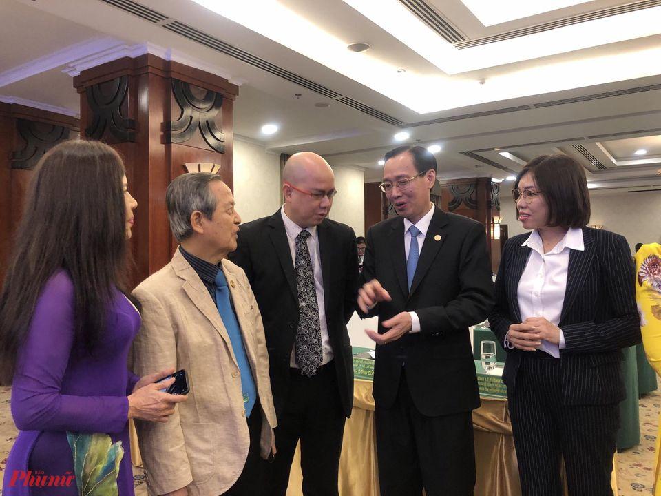Ông Lê Thanh Liêm (thứ 2 từ phải sang), Phó chủ tịch thường trực UBND TPHCM trao đổi với doanh nhân, kiều bào bên lề hội nghị
