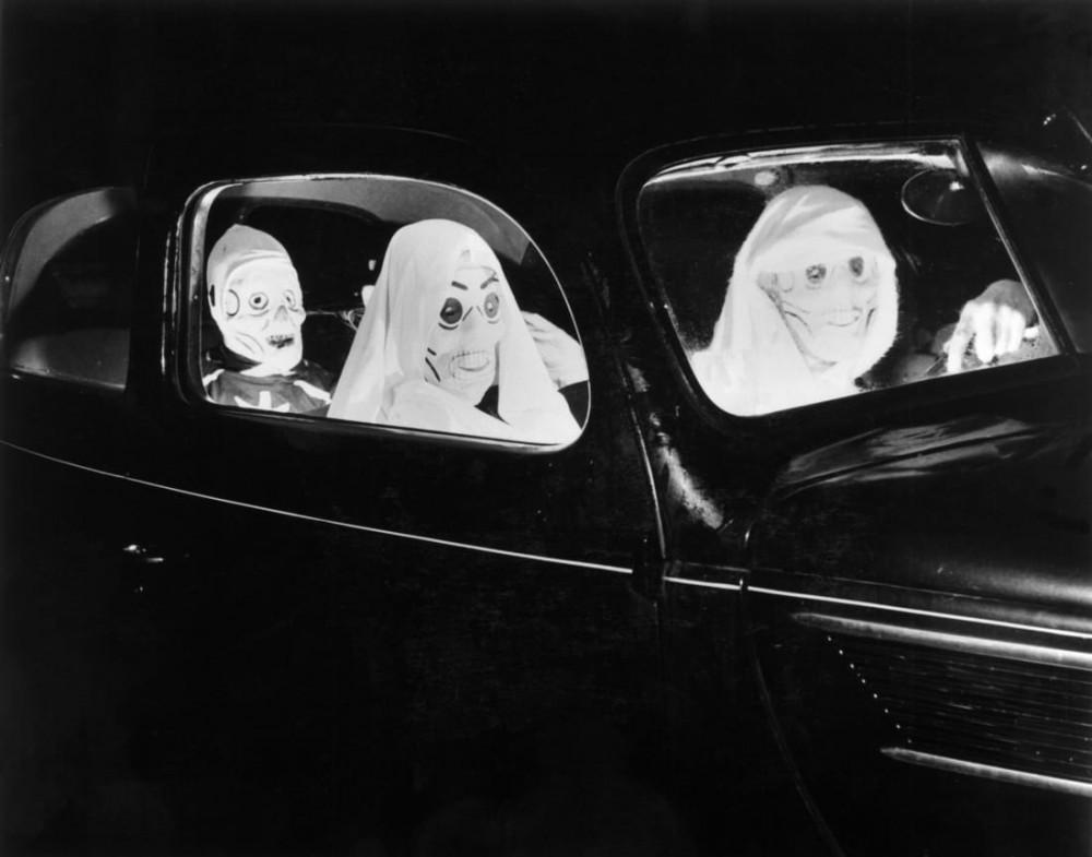 Bức ảnh ghi lại cảnh 3 người hóa trang đi dự tiệc Halloween vào năm 1938
