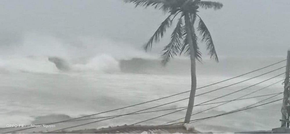 Sóng lớn nhìn được từ đảo Lý Sơn