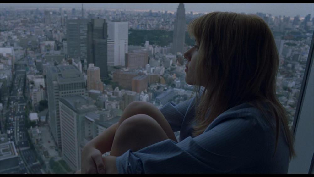 Scarlett Johansson đóng vai một cô gái trẻ theo chồng đến Tokyo, rồi đốimặt với sự cô đơn, lạc lối giữa thành phố đông đúc, xa lạ và bất đồng về ngôn ngữ