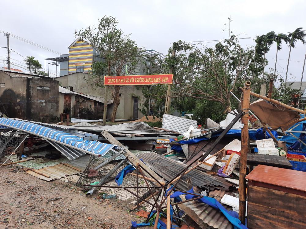 Các ki ốt ở chợ xép xã Tam Ngọc đã bị gió hốt trọn