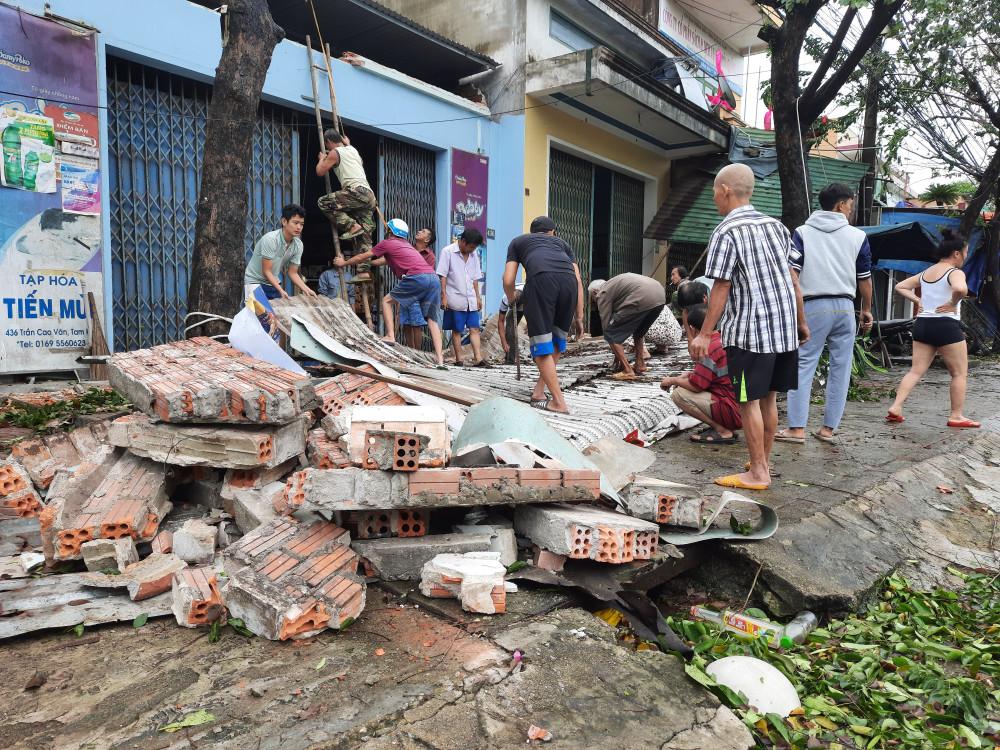 Gió cũng đã làm cho phần trước của ngôi nhà bị sụp đổ. Hàng xóm đang giúp gia đình nhanh chóng dọn dẹp