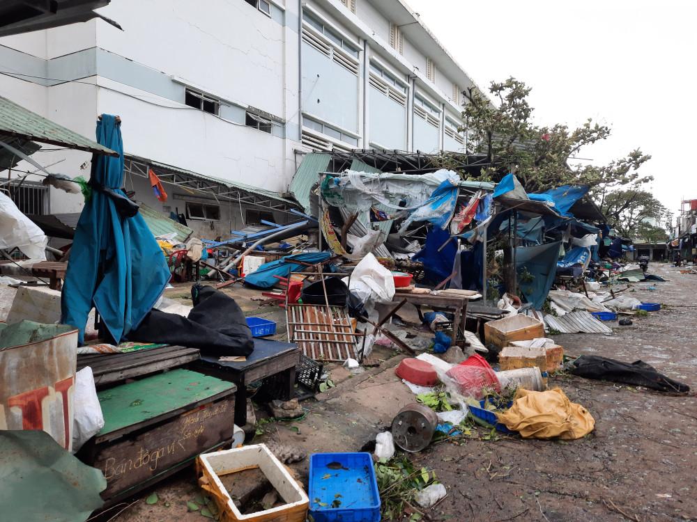 Các ki ốt phía ngoài đều bị gió thổi tung nóc. Theo bà Nguyễn Thị Huệ, tiểu thương ở chơ cho biết đa số đồ đạc đều được các tiểu thương gói gém, chèn chống lại. Tuy nhiên, sau bão nhiều gian hàng đã bị thổi bay đi rất nhiều