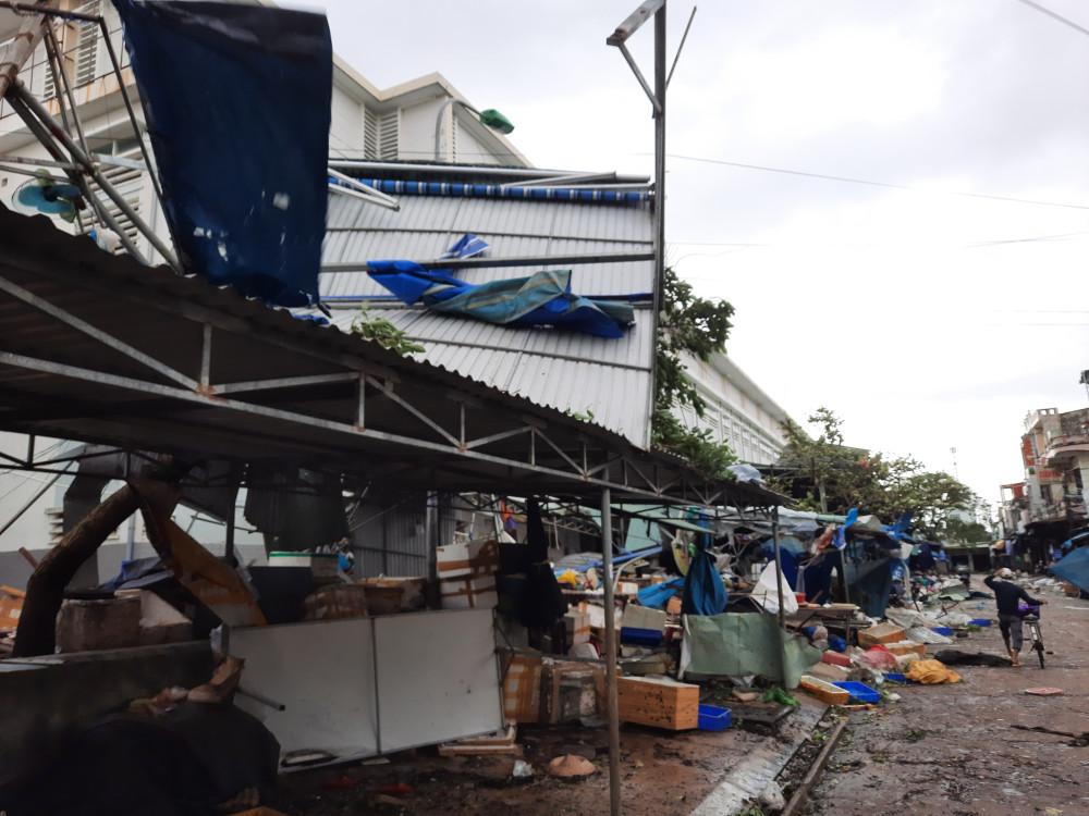 Nằm sát bờ sông Bàn Thạch nên chợ Tam Kỳ phải chịu sức tàn phá khủng khiếp của gió