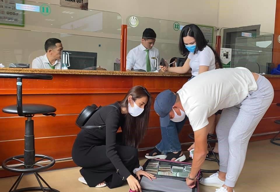 Thủy Tiên đi rút tiền tại Hà Tĩnh để trao trực tiếp cho bà con. Ảnh FBNV