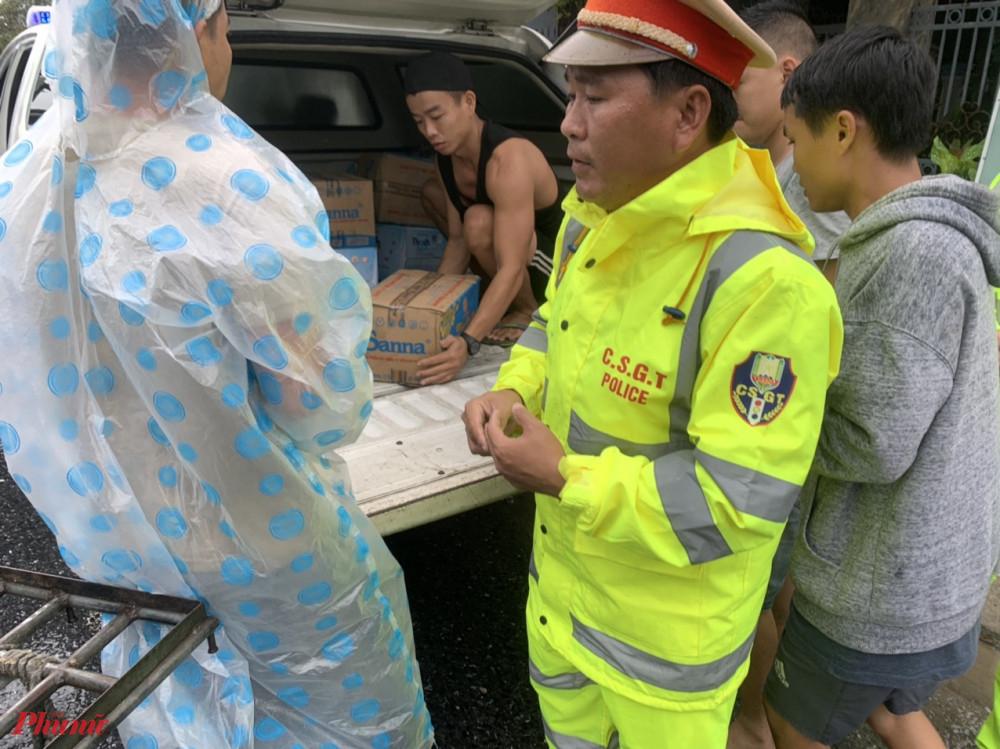 Đại úy Trần Hải Dương, Trạm trưởng Trạm CSGT Phú Lộc, phòng CSGT Công an tỉnh Thừa Thiên Huế cho biết, do ảnh hưởng của bão số 9 nên vào trưa cùng ngày, có hàng trăm phương tiện giao thông dừng đỗ trên QL1A đoạn qua thị trấn Lăng Cô. Đồng thời, lực lượng CSGT Công an tỉnh đã phối hợp cùng chính quyền địa phương và người dân nấu hơn 1.000 suất cơm, chuẩn bị hơn 1.000 chai nước khoáng phát miễn phí cho những tài xế, hành khách đang bị kẹt lại do bão.