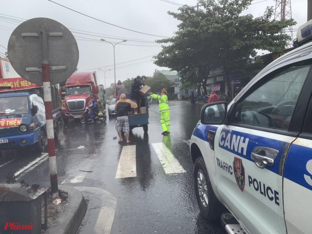Cơm và sữa được đưa đến tận tay cho bà con đi đường bị mắc kẹt bởi bão số 9 tại khu vực từ đầm Lập An đến thị trấn Lăng Cô (huyện Phú Lộc - Thừa Thiên - Huế)