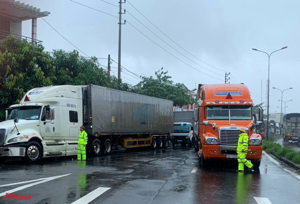 Do ảnh hưởng của bão số 9, tại Thừa Thiên - Huế xuất hiện mưa lớn kèm gió mạnh kể từ trưa 28/10, có nơi, gió lớn giật đến cấp 9 gây đổ ngã nhiều cây cối. hàng trăm phương tiện cơ giới, chủ yếu là xe tải, xe khách cùng hàng ngàn hành khách đã phải tạm dừng ở thị trấn Lăng Cô, khiến một đoạn QL1A khoảng 4km