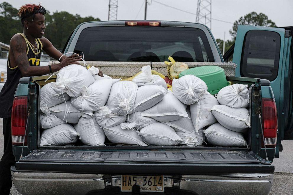Người dân thành phố Gulfport (Mississippi ) chuẩn bị các bao cát chống bão Zeta - Ảnh: EPA/ Shutterstock