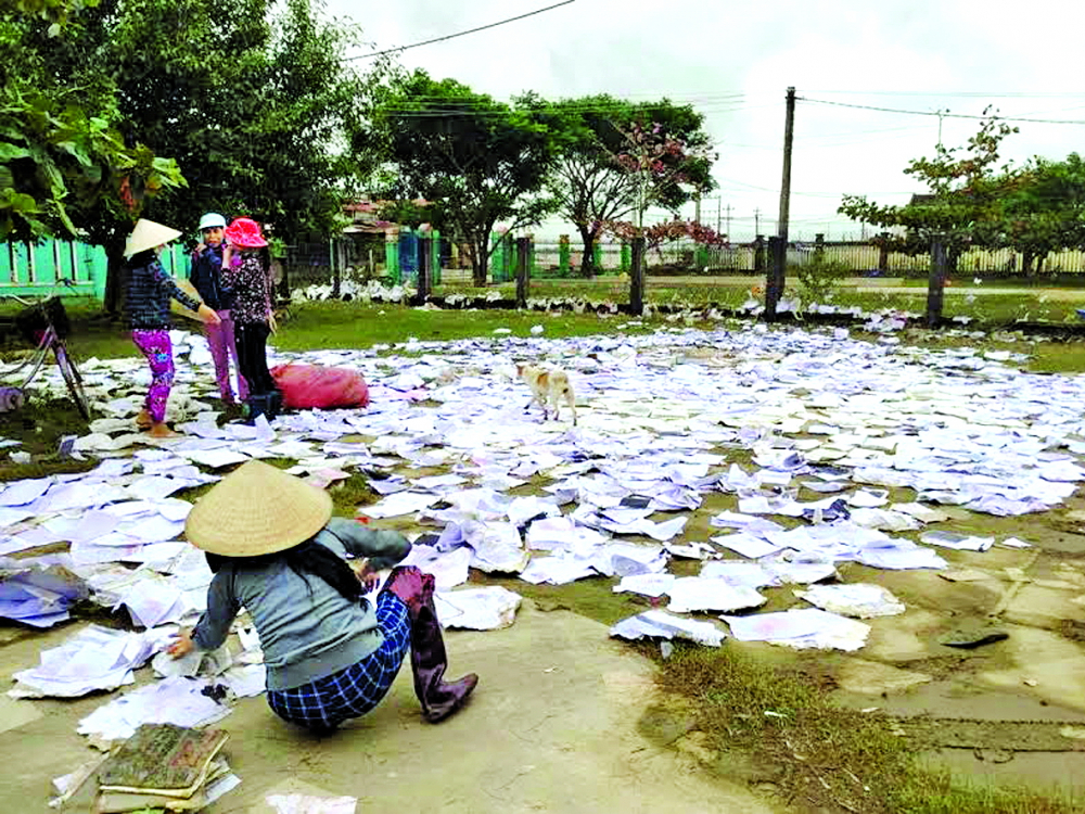 Mùa bão lũ, những con chữ được phơi khắp miền quê - Ảnh: Dũ Tuấn