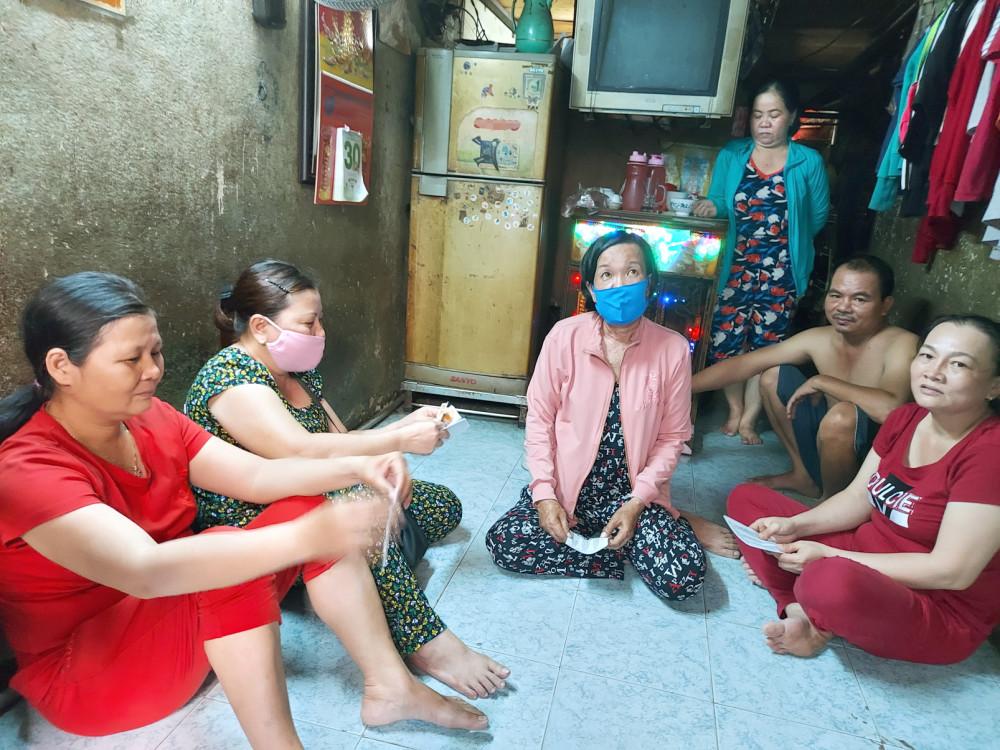 Những người quê Quảng Ngãi tạm trú ở khu vực chợ An Đông, Q.5, TP.HCM ngày đêm ngóng tin từ quê hương