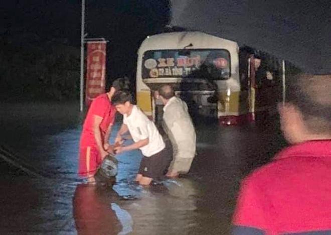 Chiếc xe buýt chết máy khi cố băng qua đoạn đường ngập sâu hơn 1m
